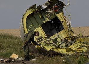 En pro-rysk rebell vid vrakdelarna av MH17.