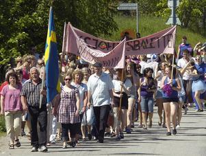 Dansforum inleddes med en parad genom Viksjöfors. I täten gick kören Tonflödet och sjöng.