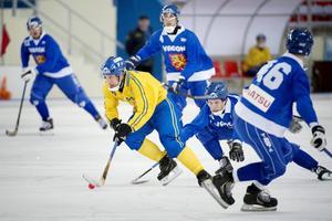 Sveriges Per Hellmyrs i kamp med Finlands Eetu Peuhkuri i semifinalen i VM.