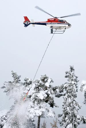 Här pågår snöröjning med helikopter vid ett annat tillfälle.
