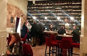 I en gammal underklädesaffär huserar nu en av  Gävles bättre krogar, i en elegant miljö med vinet i centrum.