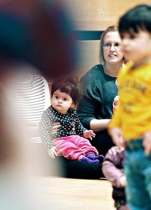 Ada Fallkvist, 8 månader, hade fullt fokus på barnrytmikledaren. Bredvid henne syns Saga Pierrou som var där med sin dotter Vendla.