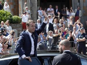 Macron på väg till vallokal