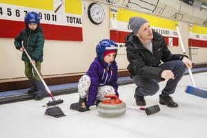 Helmer, Hilda och Johan Hägglöf testade curling för första gången under en prova på-dag under sportlovet.