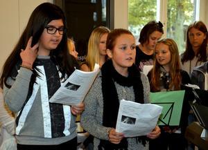 Moa Svensson och Agnes Fridhagen sjöng solo när de två körerna från Långängskolan och Kulturskolan i Hallsberg i morse uppträdde vid stationen.Foto: Samuel Borg