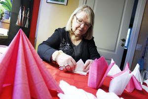 Margareta Gustavsson, ordförande i Västrås slöjd- och hantverksförening, har följt instruktioner i tidningar och på internet för att lära sig snygga servettvikningar. På nobellfestdagen, är hon på Malmabergs mötesplats för att lära ut konsten till andra, ett evenemang som är öppet för alla.