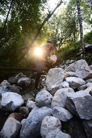 Ett tungt arbete återstår. De tunga stenarna ska flyttas till bäckfåran för att få en så naturlig bäck som möjligt.