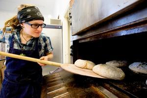 Jessica Häggqvist semestrade på Gotland och fick smak för surdegsbröd. Det fick henne att starta ett eget gårdsbageri hemma i Härnösand. Redan i ottan stiger hon upp för att sätta degarna på jäsning.