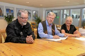 Valförrättarna Björn Öringbäck, Bengt Lundell och Inger Aftonljus ser till att valet går till på rätt sätt på Kyrkbacksskolan i Kopparberg.