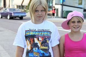 Elsa och Ronja var ute och kollade sommarens första cruising i Byn och de var inte ensamma. Hela Långgatan fylldes efter hand av åskådare.