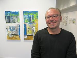 Gävlekonstnären Igos Knez framför bildparet