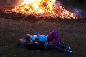 Kompisarna Livia Björkbom (närmast) och Mirelle Ring värmer sig vid majkasan i Järvsö.