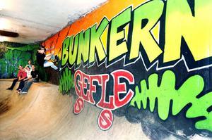 Robbin Wahlbom testar inomhusskatebanan Bunkern, som stått klar i 20 månader, men först senare i veckan kan öppna för allmänheten. I bakgrunden syns Martin Strömberg, André Strand, Jimmy Sundborg och Per LIndberg från Gefle Skateboardsällskap.