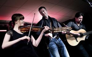 Emma Ahlberg, Niklas Roswall och Daniel Ek spelade polskor och många andra egna låtar.