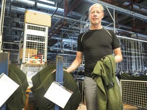– Här ligger travar med ärmar till armens underställströjor, som ska sys ihop så fort produktionen kommer i gång efter semestern, säger Pål Dufva, produkt- och inköpschef.