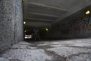 TUNNELRÅN. Polisen oroar sig nu för att en ny våg av ungdomsrån har börjat i Gävle. Ett av dem ägde rum i Östertunneln 13 mars. En kvinna knuffades omkull och skadade ett finger när tre män stal hennes väska.