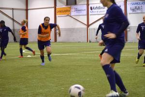 Armisa Kuc jagar bollen under sin första träning med Kvarnsvedens IK.