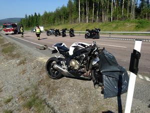 En motorcyklist körde in i en husvagn på E4 söder om Bjästa.