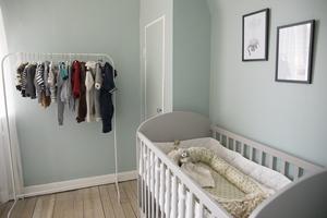 Barnrummet står redo och väntar på bebisen som är beräknad att komma i november.