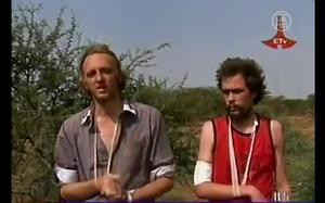 Ingen hjälp från UD. De båda journalisterna Martin Schibbye och Johan Persson var i Etiopien för att granska det svenska oljebolaget Lundin Petroleums agerande i området. Ett företag som utrikesminister Carl Bildt haft stora intressen i. Nu åtalas de båda journalisterna för terrorbrott. UD hjälper inte till med rättshjälp. Carl Bildt menar att de båda har sig själva att skylla. De följde inte UD:s reseråd.