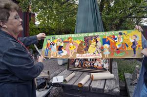 Jill Lindström har plockat fram minnessaker från Furuviksbarnen.
