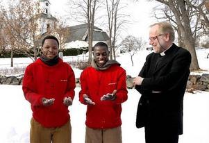 Kyakajvmora Kalebu  och Peter Wilibroad känner på den svenska snön för första gången, här med Säbråprästen Lars Eriksson.