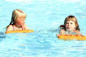 Från vänster Ebba Aliranta, 8 år och Frida Nyqvist, 6 år tycker det är spännande och roligt på simskolan på simskolan.