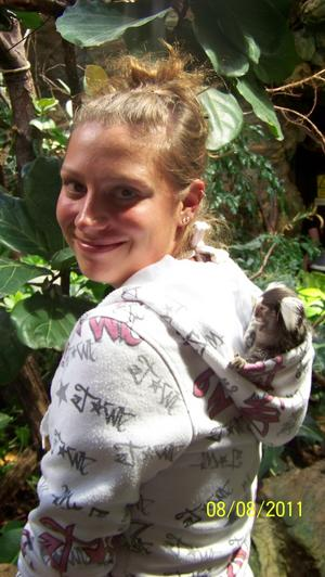 Vi var på Kolmården den 9/8-11 och kollade på djuren. Då hoppade en liten Pinchèapa ner i luvan på Maria.