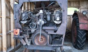 Motorn till en zeppelinare är större än traktorerna som står bredvid.