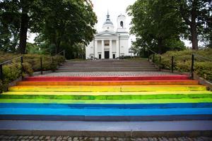 Kyrkotrappan har fått regnbågsfärger natten mot tisdag.