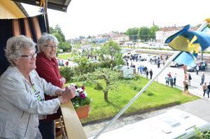 Stina Wernersson, snart 88 år har första parkett när rallyt gör uppehåll i Lindesberg. Hon och väninnan Ulla-Britt Jansson, 83, spanar gärna in de gamla bilarna.