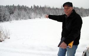 Sven Berg vill bygga sitt nya hus på egen mark, men därifrån är det mindre än 100 meter till diket bortanför åkern. Ett dike som sommartid ofta är torrlagt. Men det hjälper inte i fråga om strandskyddet. Efter 36 veckors väntan ska nu Sven Berg få besked nästa vecka om han får bygga. FOTO: KERSTIN ERIKSSON