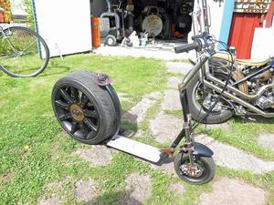 Också den här sparkcykeln har Peter Forsberg skapat. Självfallet har den en motor så att man ska slippa sparka sig fram. Motorn finns i bakre hjulet.