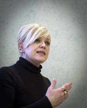 - Jag får skylla mig själv om jag jobbar ihjäl mig, säger Jenny Christoffersson.Förutom Dagsmeja leder hon ytterligare tre körer, ska snart spela in en egen skiva och spelar som kyrkomusiker på bland annat bröllop och begravningar.
