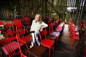Det finns stolar för alla smaker i Siv  Fohlins loge i Sättralund. På lördag öppnar hon dörrarna till årets kulturfest med Kajsa Grytt, Zinat Pirzadeh och en rad andra artister.