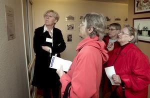 Hjälpte till. Redaktionschefen Ewa Wirén hjälpte till när frågorna i frågesporten blev allt för svåra. Här är det Margareta Persson, Agneta Johansson och Gurli Andersson som klurar på svaret på en av frågorna.