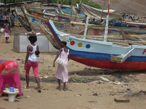 Barnen bärs ofta på ryggen av de Ghananska kvinnorna.