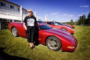 Kerstin Ängelid framför sin bil