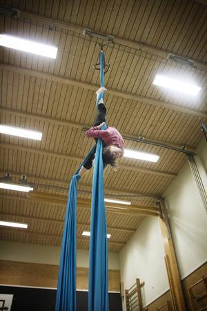 Amandine Perrier är inte rädd för att hänga upp och ner flera meter upp i luften.