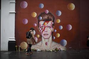 Under måndagen ville många lägga blommor på David Bowie-väggmålningen som finns i Brixton, London, där sångaren växte upp.