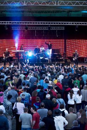 Videoskärmarna bakom D.D.E gav känslan av riktig arenarock på Holmtången.