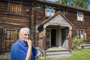 Roland Norin berättar att Frisbogården först bara bestod av två rum, men senare under 1700-talet byggdes en övervåning och ett stall.