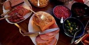 Julmat. Mycket på julbordet består av kött.