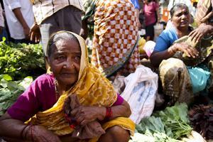 Marknad i Mapusa, där människor säljer allt från fisk till sjalar och överkast.