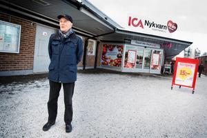 """Känns konstigt. SPF-ordföranden Roger Bäckström tycker att det är viktigt med en matbutik i centrum. """"Nu byggs ett nytt centrum samtidigt som den största butiken kanske flyttar. Det känns konstigt"""", säger han."""