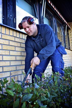 Torny Mattsson har stressiga dagar sedan arbetsstyrkan som ska sköta utomhusmiljöerna kring skolorna mer än halverats. Foto:Claes Söderberg