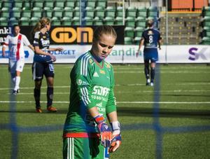 SDFF-målvakten Moa Altin-Elving fick ovanligt mycket att göra mot Täby. Två gånger fick hon dessutom hämta bollen i nätet.