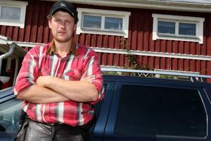 """Per Persson, bonde  i Lillhärdal, anser att ett vargrevir och fäboddrift inte går att förena. """"Det är ett dråpslag mot min verksamhet"""", säger han. (Ovan, faksimil från gårdagens tidning då LT berättade om  vargetableringen). Foto: Håkan Degselius"""