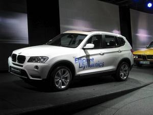 En ny BMW X3 visades i Paris. Inte iögonfallande annorlunda, men litet smäckrare och mjukare i linjerna och med snålare motorer.