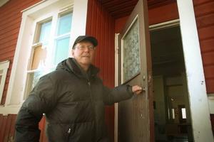 """UPPRÖRD. Rolf Pettersson är ordförande i PRO i Söderfors. Han är upprörd över att föreningens lokal drabbats av skadegörelse fyra gånger sedan nyår. """"Det kostar ju en herrans massa pengar för kommunen. Och de stjäl ju ingenting, de bara förstör"""", suckar han om vandalerna som kraschar rutor på löpande band."""